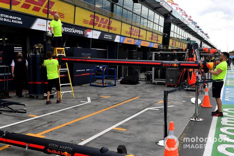 El personal de Red Bull empaca su equipo en el pitlane
