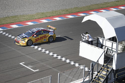 Tom Coronel, Roal Motorsport, Chevrolet RML Cruze TC1 takes the checkered flag