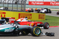 Kimi Raikkonen, Ferrari SF16-H and Lewis Hamilton, Mercedes AMG F1 W07 with broken front wings at the start of the race