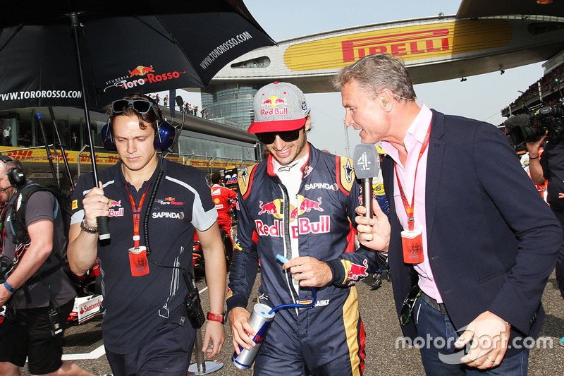 Carlos Sainz Jr., Scuderia Toro Rosso with David Coulthard, Channel 4 F1 Commentator on the grid