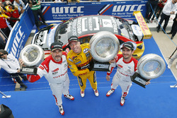 Podium: race winner Tom Coronel, Roal Motorsport, Chevrolet RML Cruze TC1, second place José María López, Citroën World Touring Car Team, third place Yvan Muller, Citroën World Touring Car Team, Citroën C-Elysée WTCC
