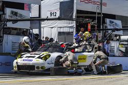 #912 Porsche Team North America Porsche 911 RSR: Earl Bamber, Frédéric Makowiecki, Michael Christensen, pit action