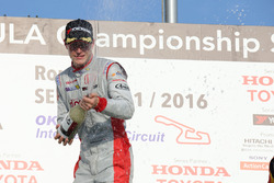 Podium: race winner Stoffel Vandoorne, Dandelion Racing