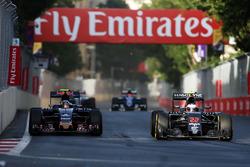 (L to R): Carlos Sainz Jr., Scuderia Toro Rosso STR11 and Jenson Button, McLaren MP4-31 battle for position