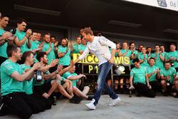 Temporada 2016 F1-russian-gp-2016-winner-nico-rosberg-mercedes-amg-f1-team-celebrates-with-the-team