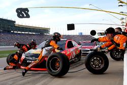 Martin Truex Jr., Furniture Row Racing Toyota pit action