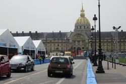 準備が進む、パリePrixのピットレーン。背後にそびえるのがアンヴァリッド。ドーム型の教会には、ナポレオンが眠る