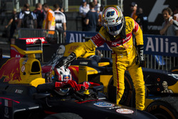 Antonio Giovinazzi, PREMA Racing pats Pierre Gasly, PREMA Racing on the head