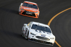 Brad Keselowski, Team Penske Ford, Carl Edwards, Joe Gibbs Racing Toyota