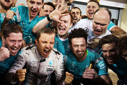 Race winner Nico Rosberg, Mercedes AMG F1 Team celebrates the team