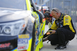 Tire pressure check-up on the car Paul Menard, Richard Childress Racing Chevrolet
