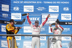 Podium: winner José María López, Citroën World Touring Car Team, second place Tom Coronel, Roal Motorsport, third place Rob Huff, Honda Racing Team JAS