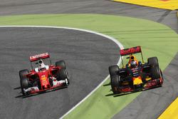 Даніель Ріккардо, Red Bull Racing RB12 та Себастьян Феттель, Ferrari SF16-H battle for position