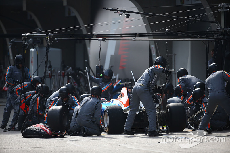 Rio Haryanto, Manor Racing MRT05 pit stop