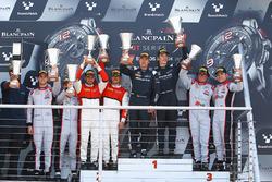 Podium: race winners Jules Szymkowiak, Bernd Schneider, second place Franck Perera, Marlon Stockinger, third place Enzo Ide, Christopher Mies