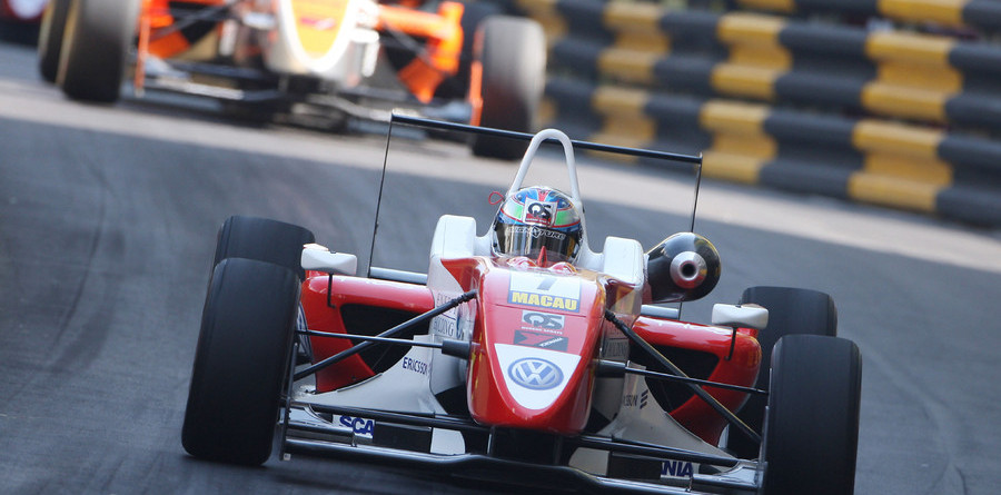 Mortara snatches victory in chaotic qualifying race