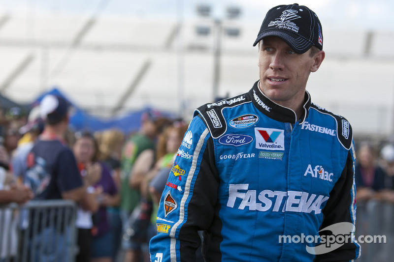 Carl Edwards gets the pole at Kansas Speedway
