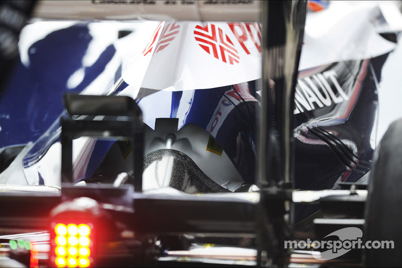 Williams removes controversial exhaust trick
