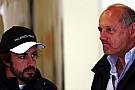 Ron Dennis tolera la frustración de Alonso