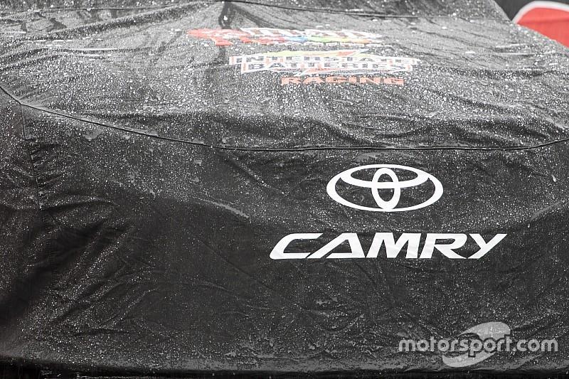 Rain delays the start of Sunday's NASCAR race at Phoenix