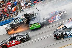 Monster Energy NASCAR Cup Raceverslag Video's: Meerdere auto's vliegen door de lucht bij NASCAR op Talladega