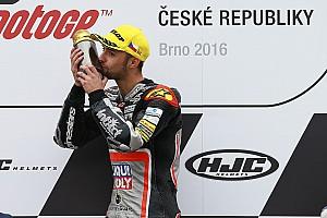 Moto2 Feature Bildergalerie: Jonas Folger feiert den Moto2-Sieg in Brno