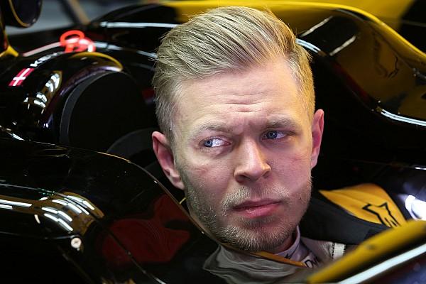 Stop/Go BRÉKING Magnussen rajtszáma a falon, felvette az új egyenruhát is