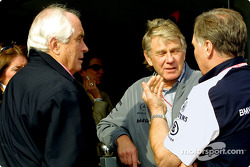 Roger Penske discussing with Patrick Head