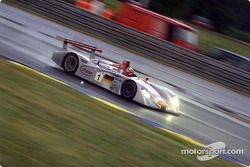 Tom Kristensen in the Infineon Audi R8 leading the race