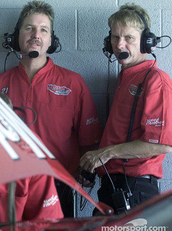 Len and Eddie Wood discuss the set up of the Motorcraft Ford Taurus driven by Elliott Sadler
