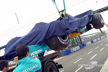 Nick Heidfeld's car back on flatbed truck