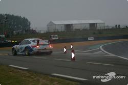 #84 T2M Motorsport Porsche 911 GT3: Vanina Ickx, Patrick Bourdais, Roland Berville in trouble
