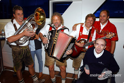 BMW Motorsport Director Gerhard Berger retirement party: Gerhard Berger and Frank Williams with musicians