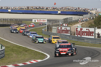 Start: Timo Scheider leads the field