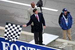 Tony George gives checkered flag