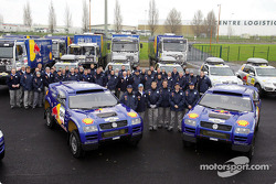 Volkswagen Motorsport team: Jutta Kleinschmidt, Fabrizia Pons, Bruno Saby and Matthew Stevenson with the team