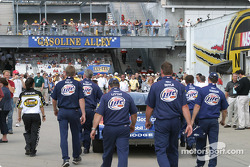 Rusty Wallace crew push the car to the starting grid