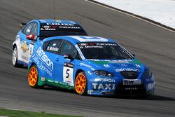 Norbert Michelisz, Zengö-Dension Team, Seat Leon 2.0 TDI battles with Alain Menu, Chevrolet, Chevrolet Cruze LT