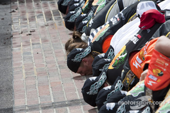 Race winner Jamie McMurray, Earnhardt Ganassi Racing Chevrolet and his team kiss the Yard of Bricks
