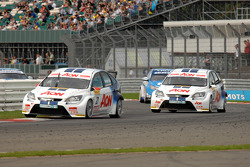 Tom Onslow-Cole leads Tom Chilton and Chevrolets