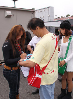 Milka Duno, Dale Coyne Racing signs autographs
