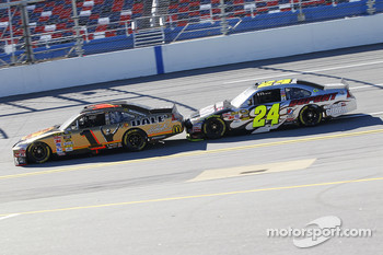 Jamie McMurray, Earnhardt Ganassi Racing Chevrolet and Jeff Gordon, Hendrick Motorsports Chevrolet