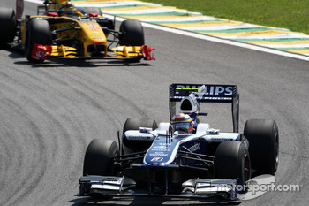 Nico Hulkenberg, Williams F1 Team leads Robert Kubica, Renault F1 Team