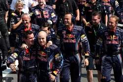 Red Bull Racing mechanics celebrate the constructors championship