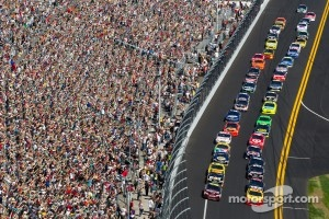 Start: Jeff Gordon, Hendrick Motorsports Chevrolet and Kurt Busch, Penske Racing Dodge lead the field
