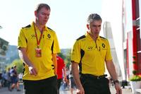 Formule 1 Photos - Alan Permane, directeur des opérations piste Renault Sport F1 Team avec Nick Chester, directeur technique châssis Renault Sport F1 Team
