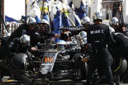 Fernando Alonso, McLaren, beim Boxenstopp