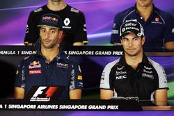 (L n. R): Daniel Ricciardo, Red Bull Racing mit Sergio Perez, Sahara Force India F1 bei der FIA Pressekonferenz