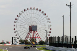 Carlos Sainz Jr., Scuderia Toro Rosso STR11 leads Daniil Kvyat, Scuderia Toro Rosso STR11