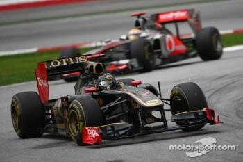Nick Heidfeld, Lotus Renault GP leads Lewis Hamilton, McLaren Mercedes